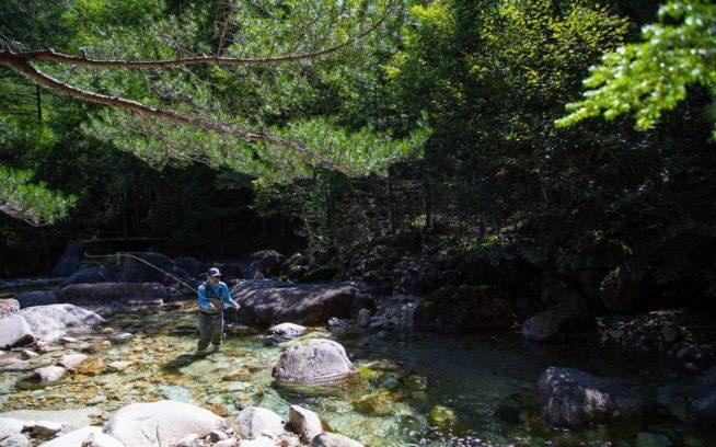 信州の自然に触れて、しきりに「美しい」とつぶやいていた、フライフィッシング・アンバサダーのディラン・トミネ。 写真:中根淳一