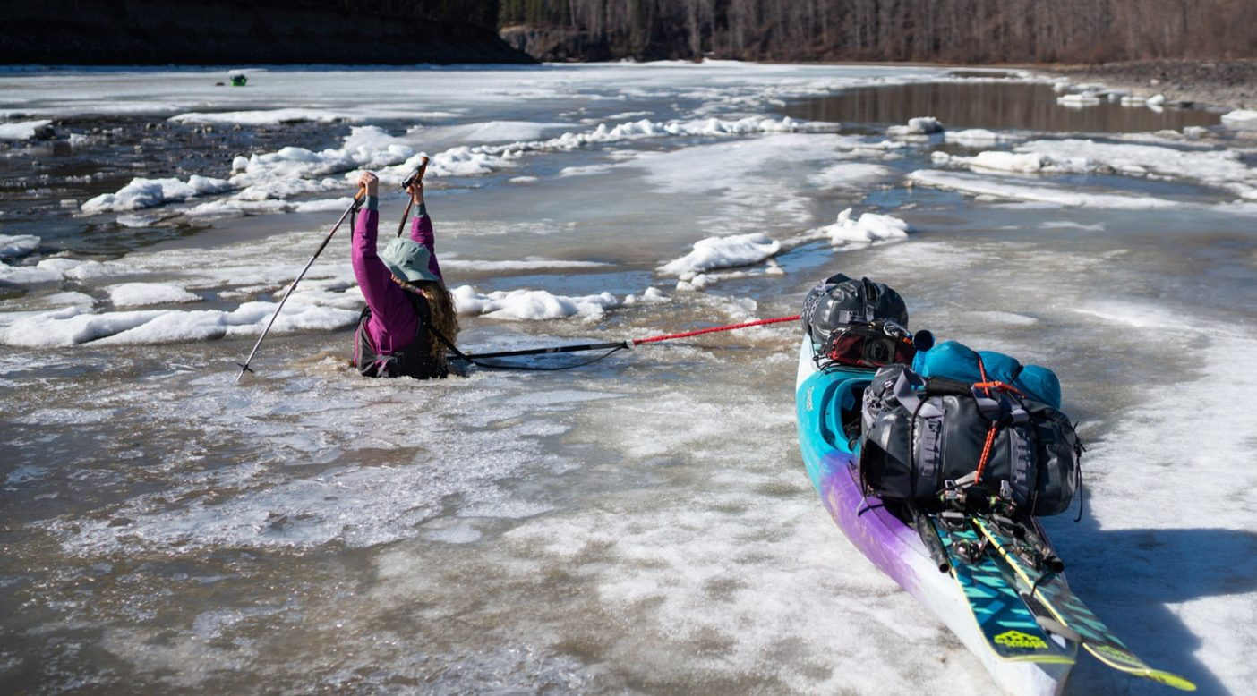 川の中ほどに出ようと、薄い氷を突き破って進むカトリーナ・ヴァン・ウェイク。Photo: Jasper Gibson