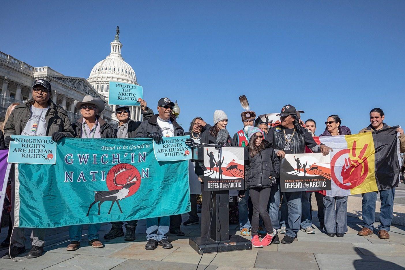 アメリカ合衆国議会議事堂前で記者会見を行う〈Gwich'inSteering Committee〉のメンバーたち。グウィッチンの人びとは、保護区を守る闘いが、地元を守るためだけでなく、世界中の聖なる土地を守ることに関わると理解している。ワシントンDC Photo: Keri Oberly