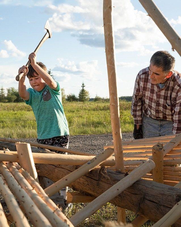 伝統様式を幼いうちから学ぶ。サーモンの季節に備えて、水車式漁具を作る祖父アールを手伝う9 歳のキャノン・カルゾウ。Photo: Keri Oberly