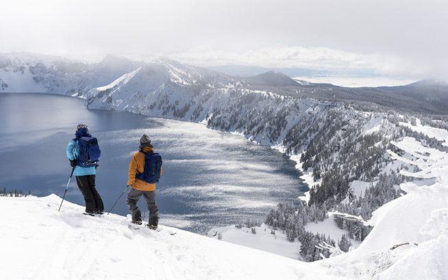 眺めはしても触れてはいけない。カルデラを囲む縁、リムへの人の立ち入りは、安全と生息環境保護の観点から禁止されている。リア・エヴァンスとケイル・マーティンは、立ち入り禁止地域との境界に立ち、湖に滑り降りるラインを思い描く。Photo: Colin Wiseman