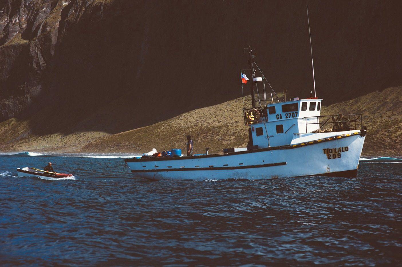 レアと仲間をアレハンドロ・セルカーク島に運ぶ補給船ティオ・ラロ。惑星で最も遠隔地にある、サーフィンのできる島のひとつ。写真:Daniel Russo
