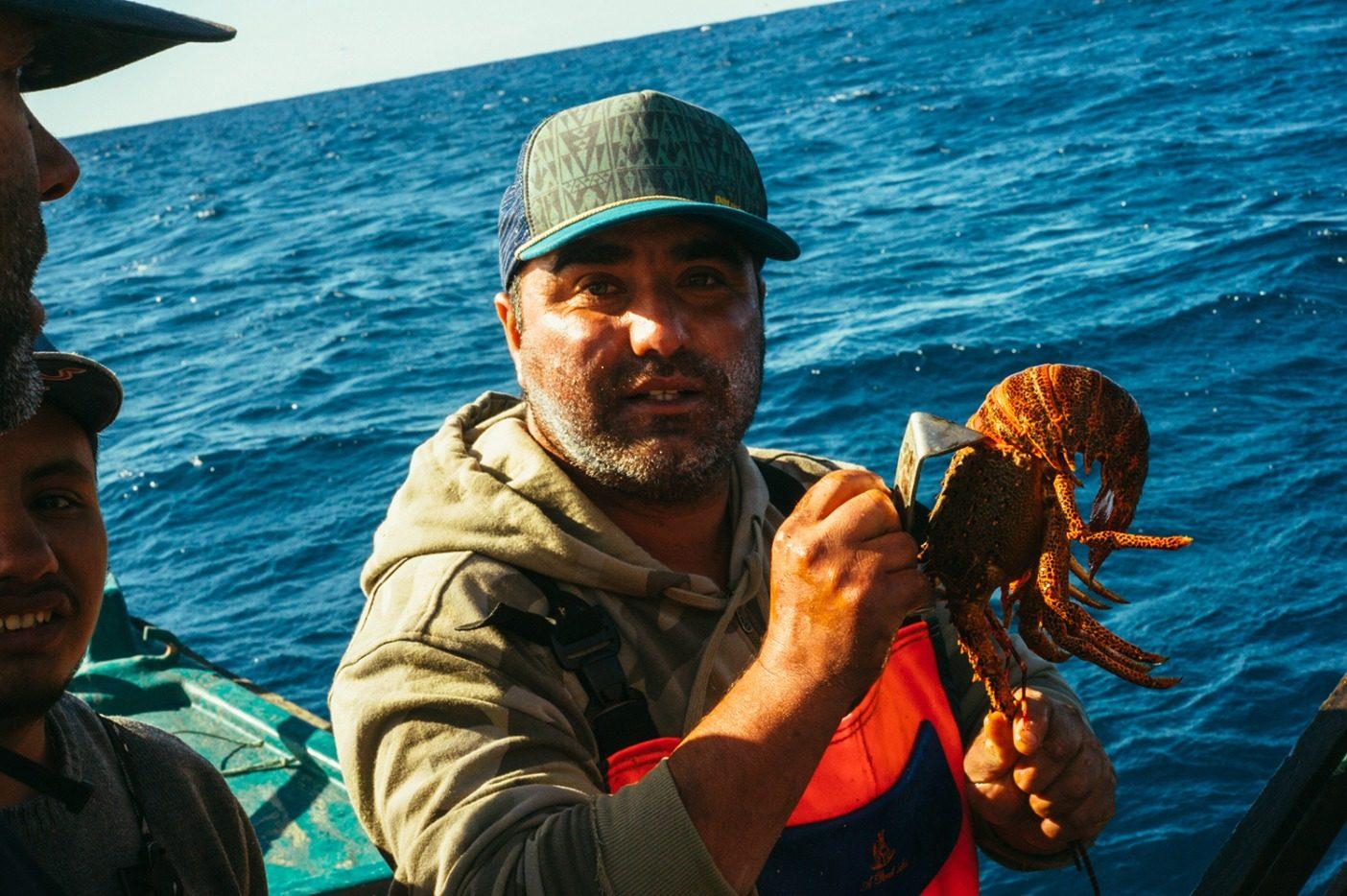確実に大きなものだけを収穫し、小さいものは成長するまで残すよう、ロブスターのサイズを測定する。何世代もにわたり、長期的な健全性、豊かさ、生存能力を守るため、この共同体はその漁場を注意深く管理してきた。写真:Daniel Russo
