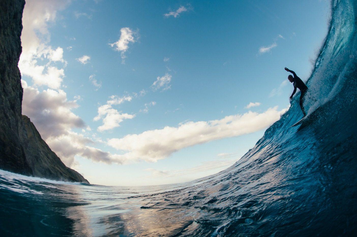 暴風によっても損なわれなかったわずか数セッションのうちのひとつ。島の険しい岩礁にブレイクする長いライトでスピードを見出すラモン・ナバロ。写真:Daniel Russo