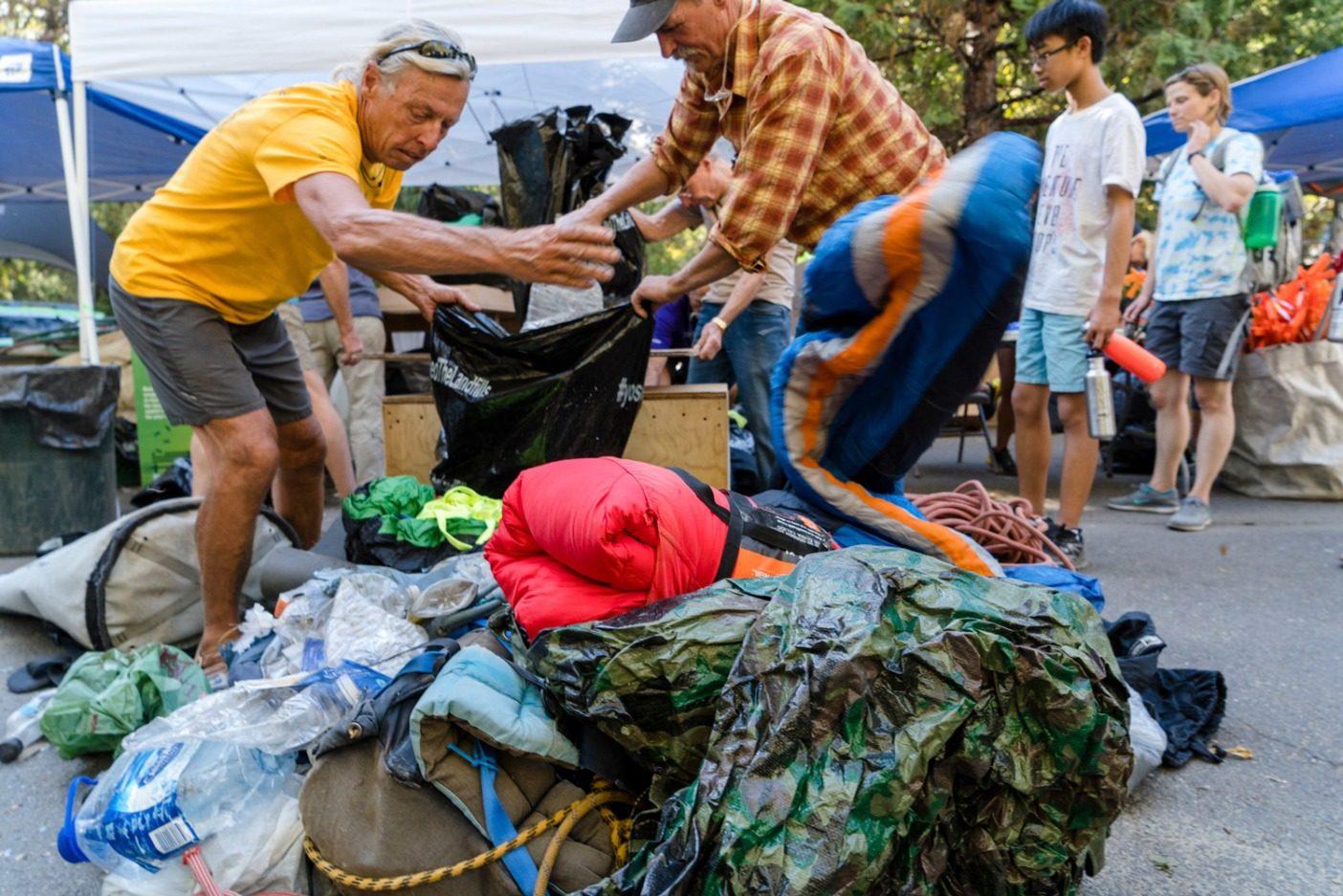 一日の終わりの計量。昨年ボランティアは、220kgを超えるゴミ(そのほとんどがぼろぼろになったロープ)をサラテ・ウォールの頂上から取り除いた。Photo: Eric Bissell