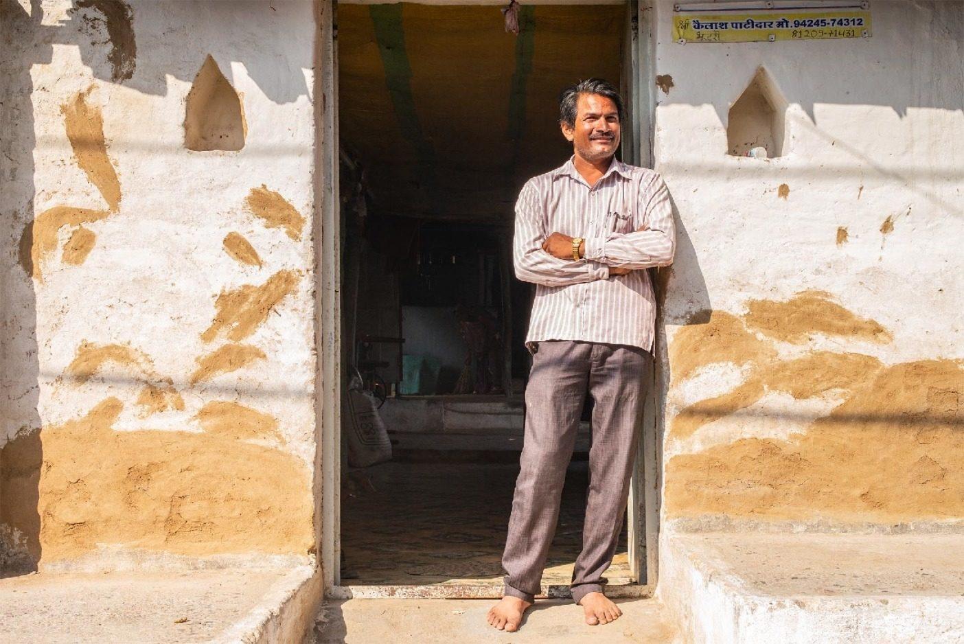 朝のチャイを飲んだあとのカイラッシュ・パティダール。彼の家族が所有するオーガニックコットン農場は、インドのマディヤ・プラデーシュ州インドールの郊外にある。異常気象がますます多くの農家に影響を与えるなか、パタゴニアは土壌タイプや気候に対してどういった農業方式が最適であるかを理解することに目を向けている。Photo:Tim Davis