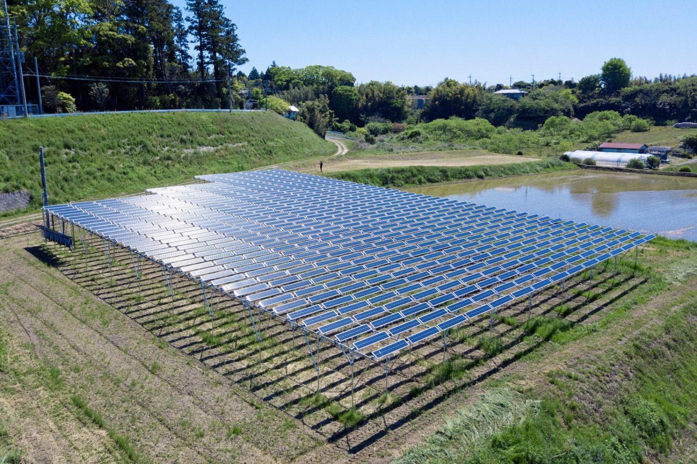 ネットゼロを達成するには、千葉県にあるこのプロジェクトに投資するなど、排出量を穴埋めしなければならない。ソーラー・シェアリングでは、農家は作物を栽培すると同時に太陽エネルギーを活用することができる。写真:パタゴニア日本支社