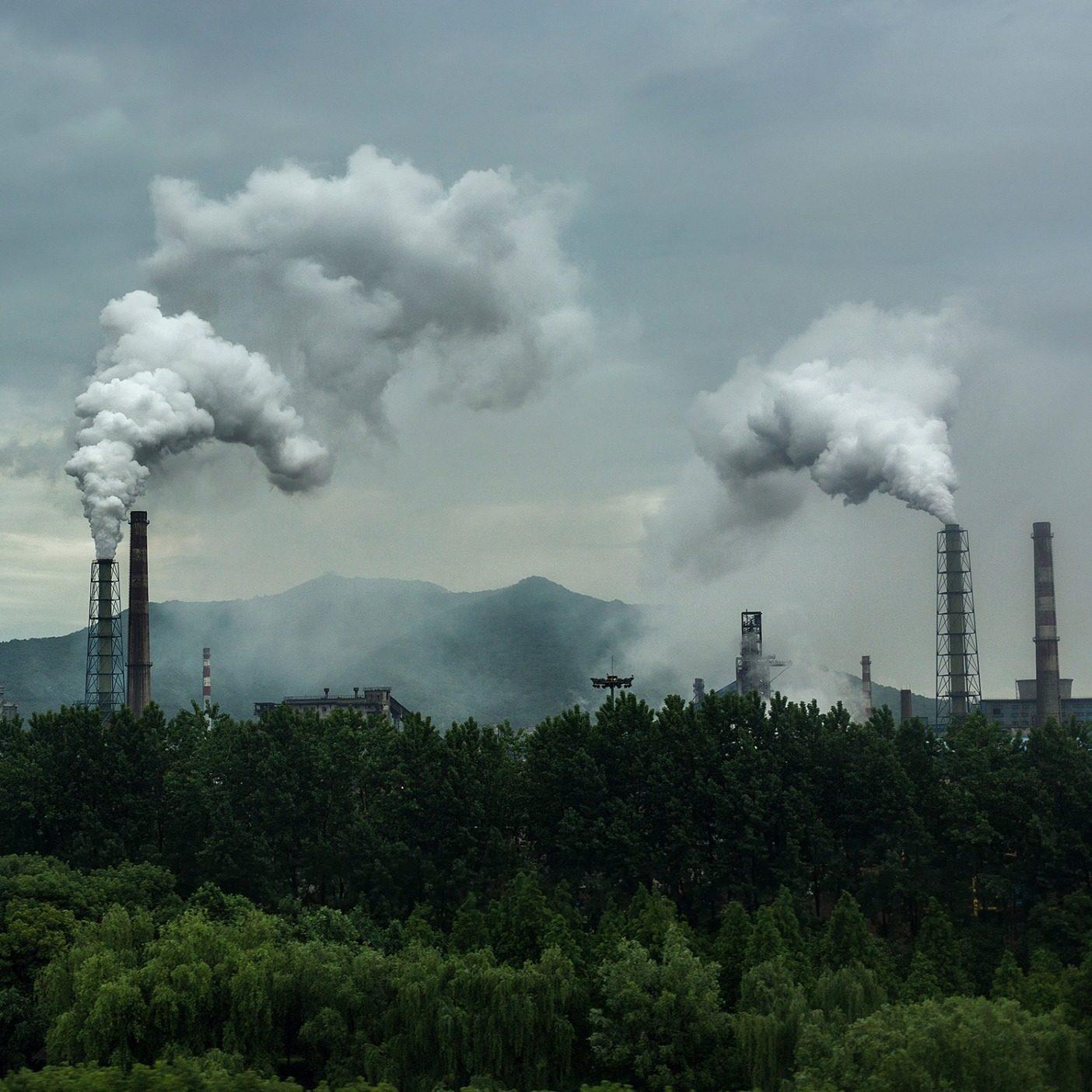 衣料品業界は世界の二酸化炭素排出量の1割を占め、気候危機の一因を担う。パタゴニアはその影響を減らすことをはっきりと表明しており、その大きな部分は、サプライチェーン全体のパートナーとともに再生可能エネルギー源への切り替えについて取り組むことだ。中国、杭州にある製造工場から立ち上がる煙。Photo : Xia Yuan/Getty Images