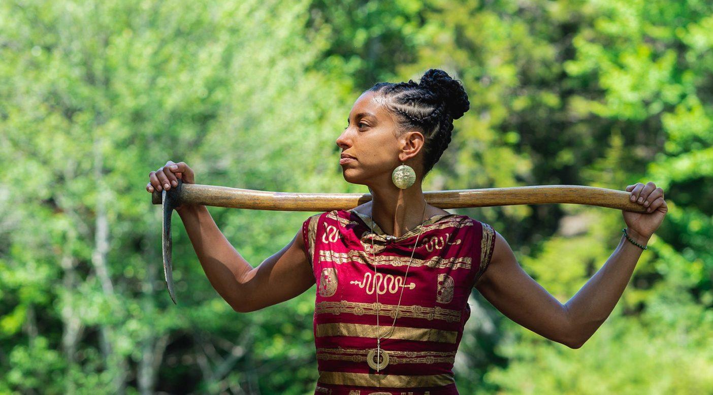 リア・ペニマンは、環境的・社会的に公正な将来に向けて取り組むことで、アフリカ系ディアスポラ(移住民)の農家およびアクティビストの遺産を尊重している。「『Farming While Black』は、私が十代のころ、農耕という人生を選択することは祖先や黒人コミュニティに対する裏切りになる、と誤って信じていたときに誰かに書いてほしかった本です」と彼女は語る。Photo:Jamel Mosely-Mel