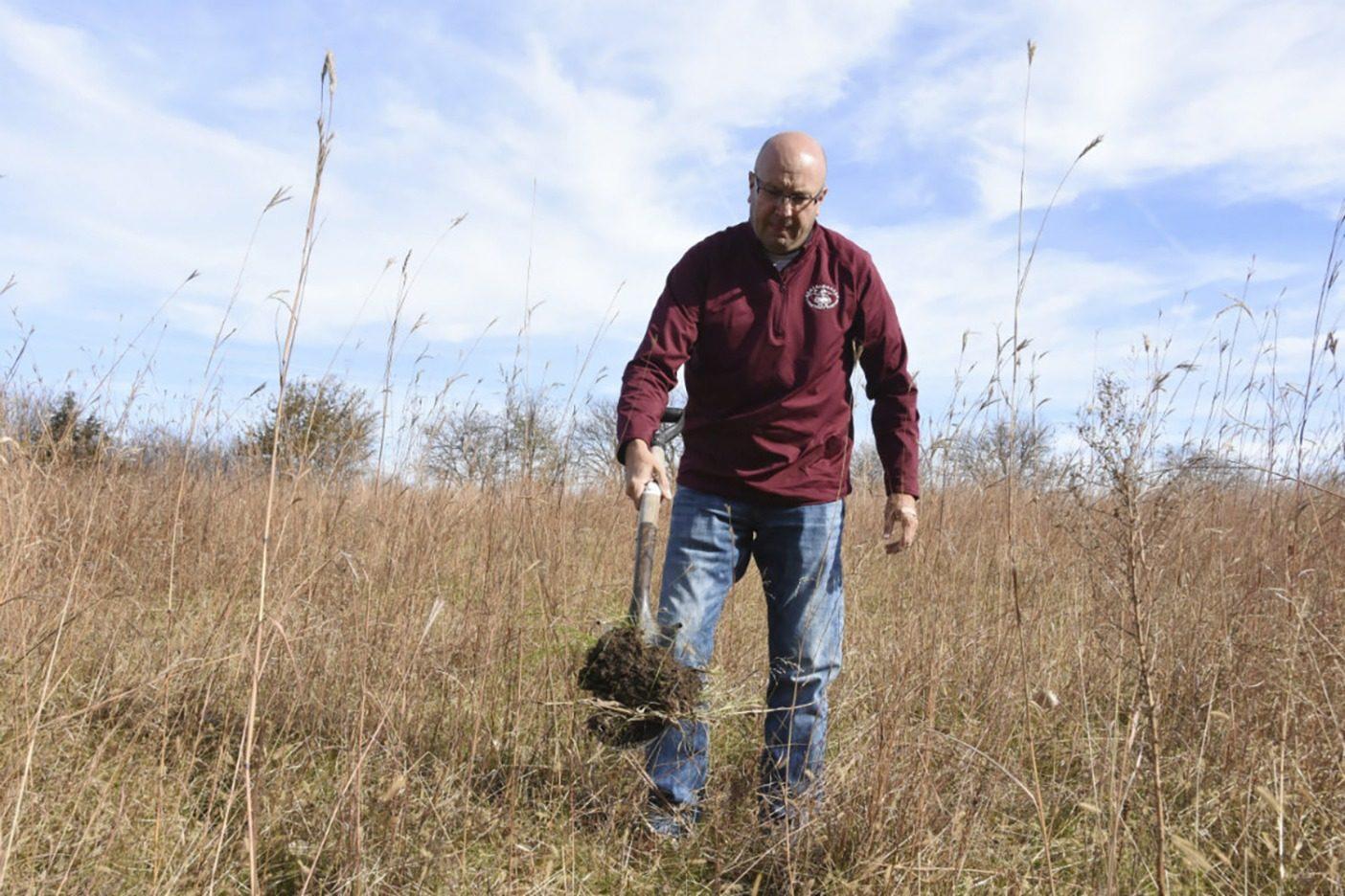 フィッケは700エーカーのリジェネラティブ・オーガニック農場を「丘と岩」の集まりだと苦笑いして言う。彼はここで余計なことをせず、任せきりにすることの報酬を証明する。Photo:Del Ficke