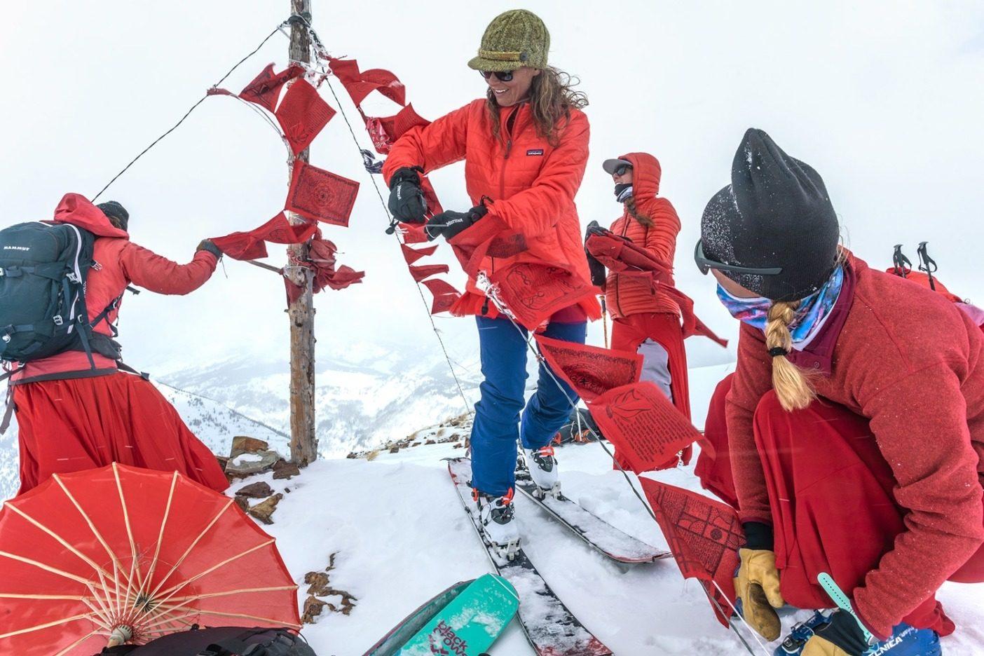 自己を超えた目的と故郷の愛をエネルギー源に、 冷たい突風や顔を刺すような雪、そして不安定な スキーのコンディションにも負けることなく、笑顔を 絶やさないレッド・レディのスキーヤーたち。Photo:Forest Woodward