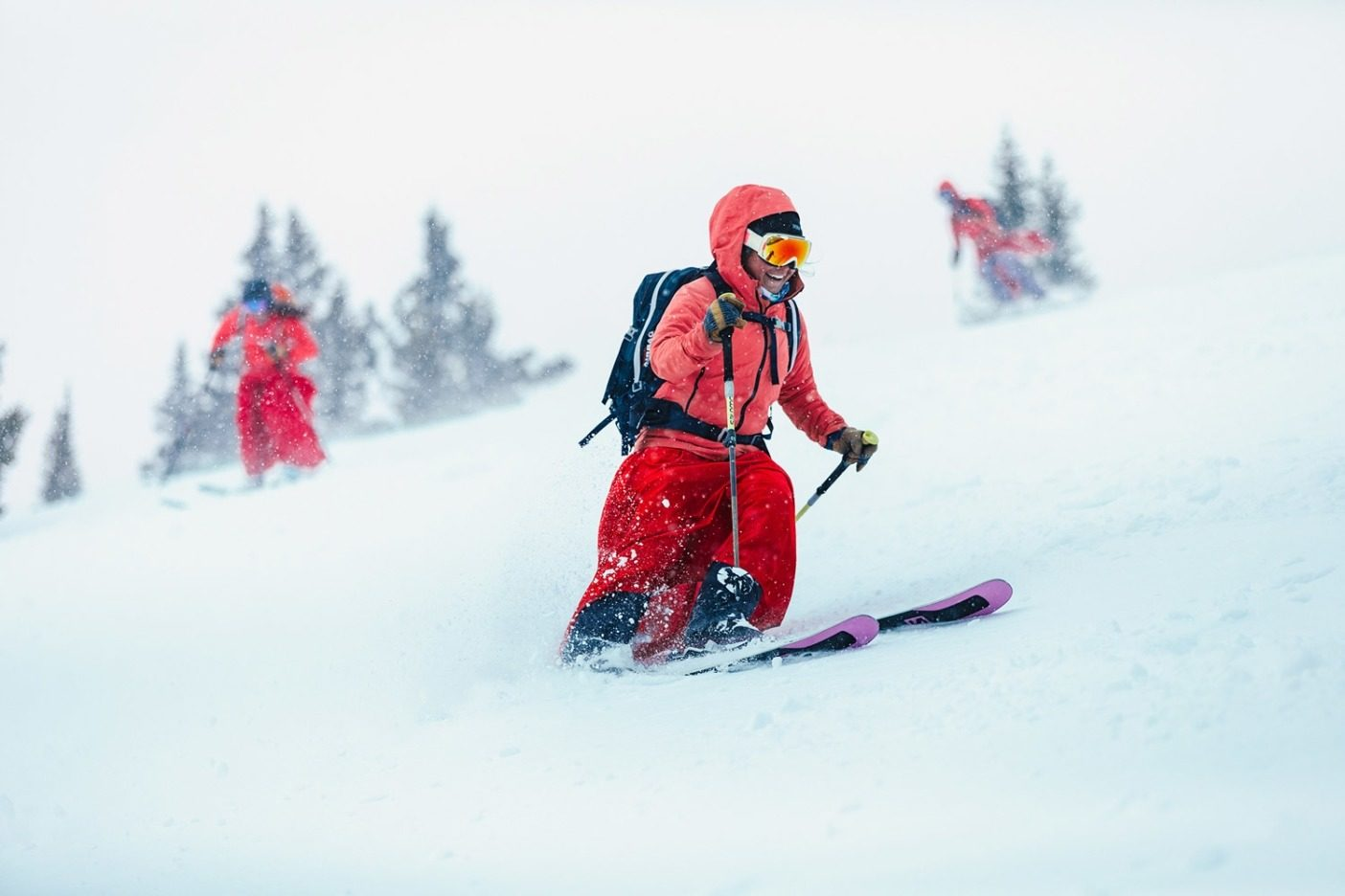 一度レッド・レディになったら、永遠に  レッド・レディ。クレステッド・ビュートに住む  この女性たちは、山とスキーヤーの共生関係  を体現している。 Photo: Forest Woodward