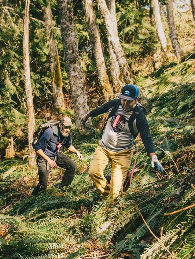 スチュワート・マウンテンの斜面に新しい登り用トレイルを検討中のエリック・ブラウン(前方)とリード・パーカー(後方)。 前の見開き:ワシントン最古の州立公園にある「ダブルダウン」トレイルを駆け抜けるブルックリン・ベル(前方)とサキアス・バンクソン(後方)。Photo: Paris Gore