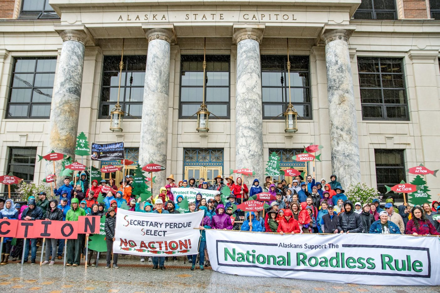 ロードレス規定の支持を訴えるため、アラスカ州会議事堂の前でデモを行うアラスカ南東部の住民たち。ジュノーPhoto:ColinColin Arisman