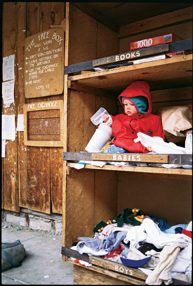 おさがりの限界に挑戦?テルライドにはアメリカ西部で指折りの「無料ボックス」があり、そこであたかも赤ちゃんが提供されているかに見えるこの1枚を、ゲーリーは逃すわけにはいきませんでした。
