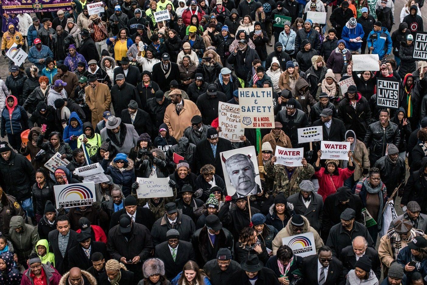 水に対する人権。2016年2月19日、ジェシー・ジャクソン尊師はミシガン州フリント市の水危機に抗議して500人以上を携え、ジェネラル・モーターズの放棄された工場を超えて、フリント・ウォーター・タワーまで行進した。