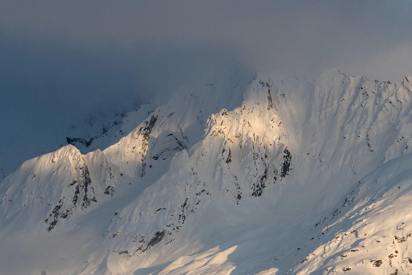 スノーボードをして過ごした長い1日の後、チルカット山を照らす最後の光。これらの峰は、アラスカとブリティッシュコロンビアの国境近くにあり、十分な雪と安定したコンディションが、夢のような多くのラインを生み出している。この山はチルカット川の源でもあるが、パルマー・プロジェクトによって危険にさらされている。このプロジェクトは高純度硫化亜鉛と銅の鉱山計画で、探鉱はかなり進んでいる。Photo:Colin Wiseman