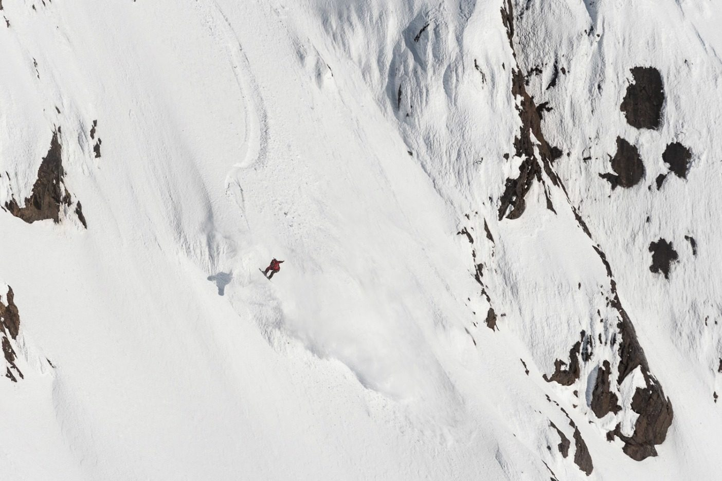 ブリティッシュコロンビア北西部で、垂直距離にして457メートルある斜面の麓近くの閉塞部を抜け、エアを決めるライランド・ベル。彼は1週間ずっとこの斜面に目を付けていたが、天気と積雪状態が整わなかった。長く、困難な登りの末に、このラインをスピードを出して、クリーンに滑った。典型的なライランドだ。Photo:Colin Wiseman