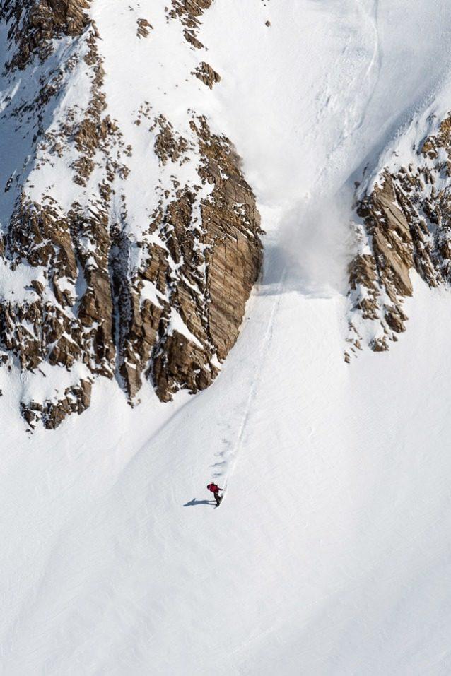 上部のくぼ地での滑降も良かったが、ブリティッシュコロンビア北西部にある名もない尾根を下った、あまり滑る人もいないこの細いルートのハイライトは、出口だ。出口に向かってスピードに乗るライランド・ベル。Photo:Colin Wiseman