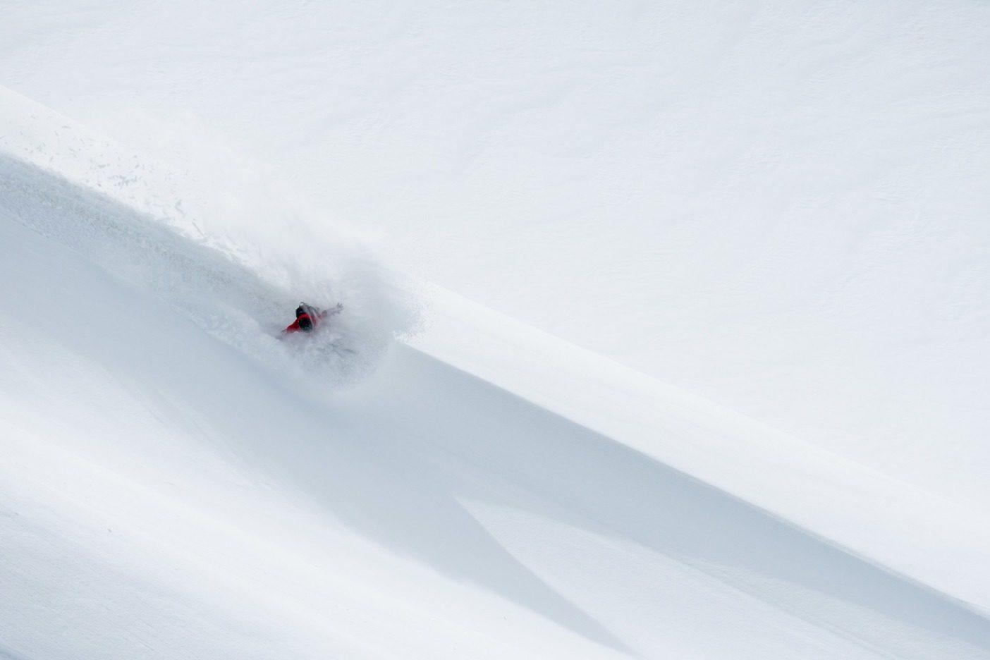 4月上旬、ライランド・ベルは、アラスカ州ヘインズの自宅から遠くないブリティッシュコロンビア北西部で、バックサイドスラッシュでウォーミングアップをする。このように素早く手軽なウインドリップでの滑降は、数か月ぶりの最初の嵐が高山に雪を降らせ始めた時に、雪のコンディションを判断する優れた方法だ。日が経つにつれて、コンディションはどんどん良くなっていった。Photo:Colin Wiseman