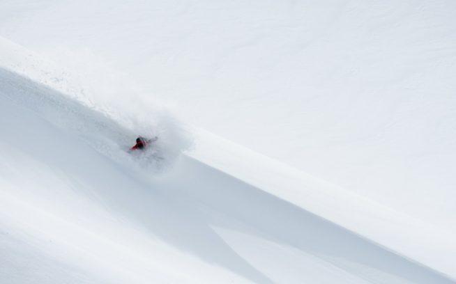 流れの速い雲の下を、ブリティッシュコロンビア北西部にある氷河の頂上へと歩いていくライランド・ベル。少し待ってホワイトアウトをやり過ごすと、空にわずかな晴れ間がのぞき、広く開けた新雪にドロップインできた。Photo:Colin Wiseman