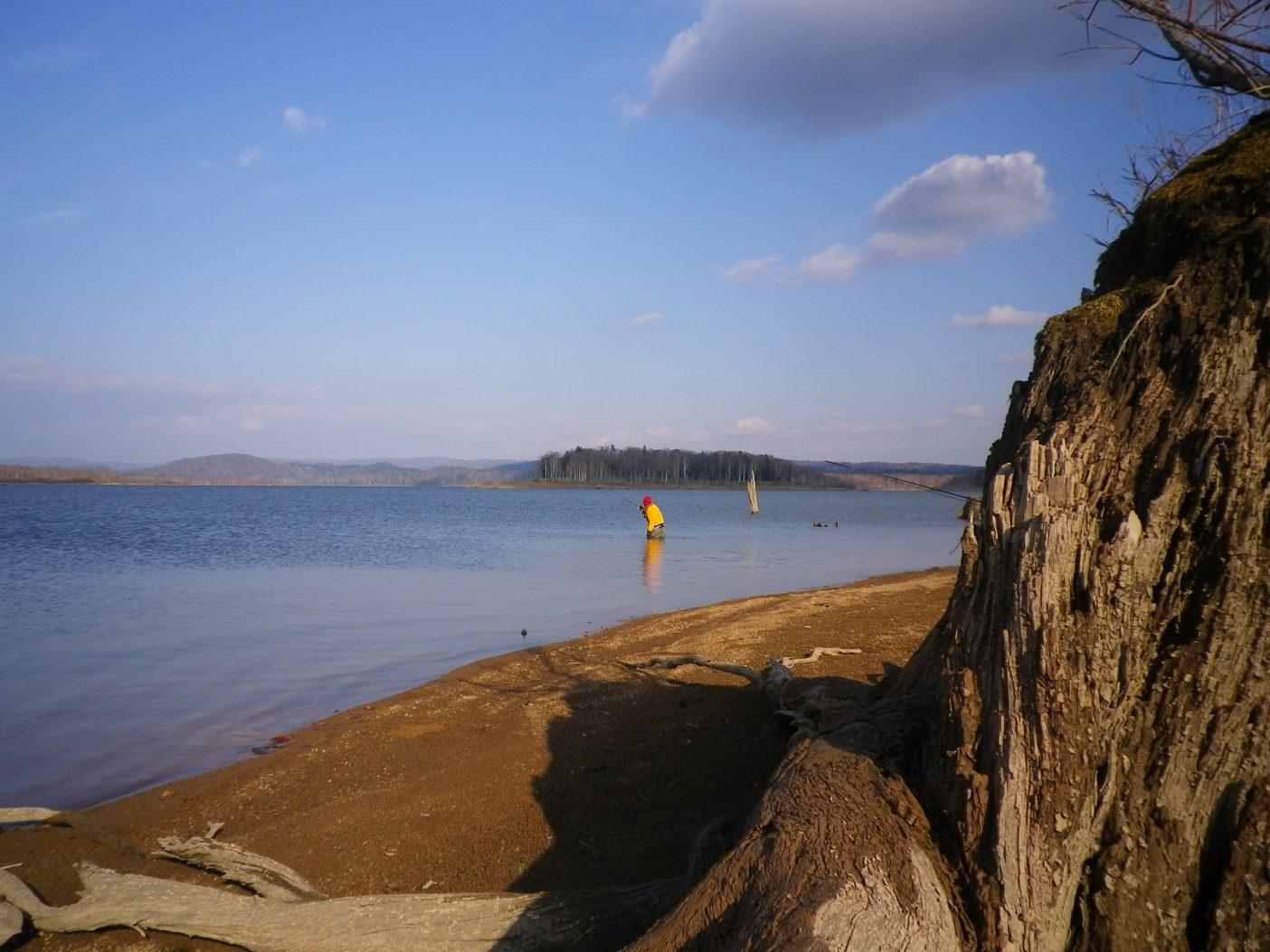 10日間にわたる北海道フライフィッシング・ロードトリップの末に行き着いた晩秋の湖で大型イトウを狙う著者。写真:村上春二