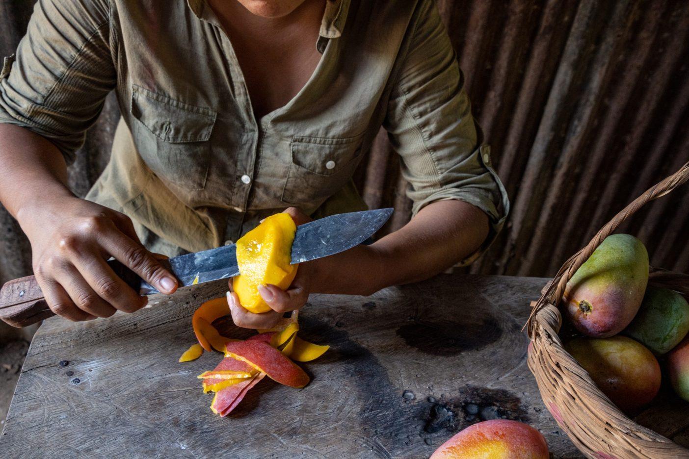 甘酸っぱさと微かな辛さを帯びたパタゴニアプロビジョンズのオーガニック・チリ・マンゴーの原料にするため、手のひら大のジューシーな「ローザ」というマンゴーの皮をむく農家の3代目。 Photo:Amy Kumler