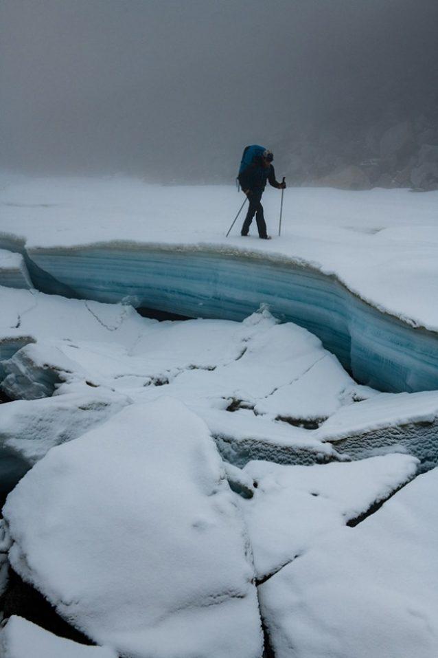 マッコール・クリークに沿ってオーファイス層を進むルーク・ネルソン。オーファイスとは、寒冷環境で川が氾濫・凍結を繰り返すことで形成される氷層のシート状の塊。数メートルの厚さに成長することもあり、しばしば夏の終わりまで融けない。北極圏での河川の航行を大いに難しくする。Photo:Austin Siadak