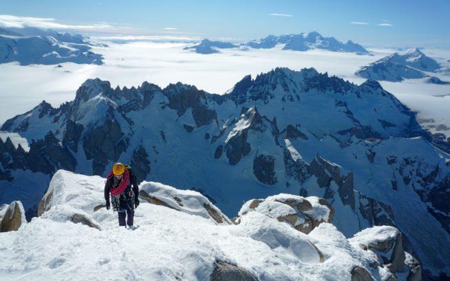 チャルテン(別名:セロ・フィッツロイ)山頂への最後の斜面を登るロランド・ガリボッティ。例年になく降水や嵐の多いサマー・シーズンで、この天候周期に突入すると山々は雪と氷と霧氷で真っ白になった。彼はコリン・ヘイリーとフィッツ・トラバースにトライした。数年後、最終的にトミー・コールドウェルとアレックス・オノルドによって成し遂げられるプロジェクトである。今回、彼らはトラバースの半分を踏破したが、凍結のため撤退。寒さと風のビバークとなった(2010年)。Photo::Colin Haley