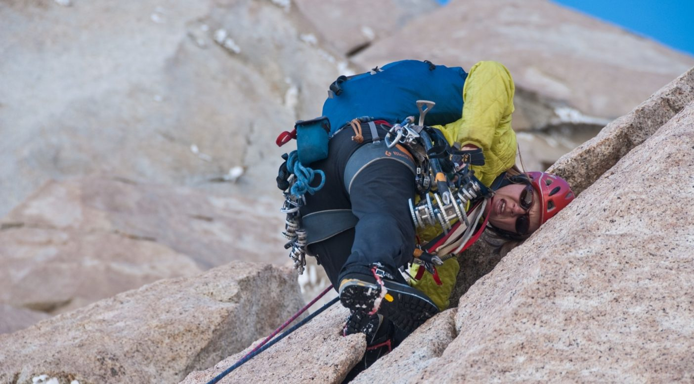 フィッツロイのカリフォルニア・ルートで、ケイト・ラザフォードはマウンテン・ブーツではなくクライミング・シューズを履けるくらい暖かいことを願う(2011年)。photo:Mikey Schaefer