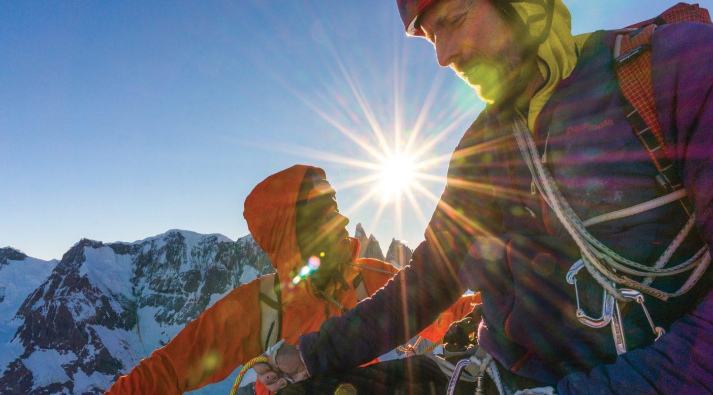 フィッツ・トラバースの7番目のピーク、アグハ・サンテグジュペリに向かう途中、前方を見やり、再び懸垂下降に入ろうとするトミー・コールドウェル(2014年)。photo:Austin Siadak