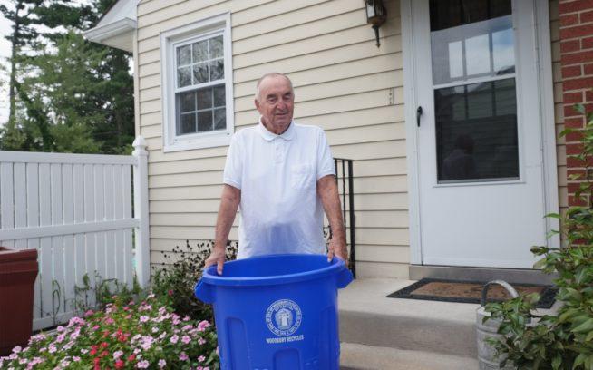 ニュージャージー州ウッドバリーの自宅の道路脇にリサイクル箱を出す「リサイクルの父」ことドナルド・サンダーソン。photo:Erin Scottberg
