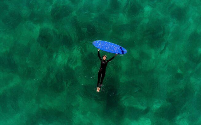 表紙:天国にいるかのように、故郷の海に浮かぶベリンダ・バグス。彼女が育ったオーストラリアのニューサウスウェールズのビーチは、澄んだ青い水と良い波と豊富な野生生物に恵まれてきた。ベリンダが活動をともにする〈Save Our Coast〉はニューキャッスルを拠点とする非営利団体で、巨大石油企業の企みの公表と阻止に取り組んでいる。 ニューキャッスルからシドニーまでの沿岸部にあるビーチの半数と同様に、現在この海岸線沿いは、石油とガスの開発の脅威にさらされている。photo : Jarrah Lynch