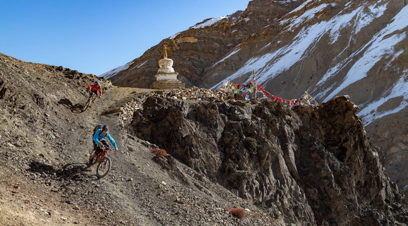 ツァラップ川渓谷で、僧院に続くこのような山道を歩く旅人は、たいてい最初に「ストゥーパ」(仏舎利塔)を通ることになる。それはドーム型の廟で、参拝者はここで思い出したように経を唱え始め、その先の礼拝所に向かう。習慣上、ストゥーパとマニ壁という経文が刻まれた石の壁は、右回りに通り過ぎなければならない。私たちはここに来るまで必ずそれを守ってきた。 ライダー:カールストン・オリバー、エリック・ポーター 写真 : メアリー・マッキンタイア