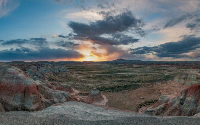 ハニカムビュート原生地調査区域南部の断崖から撮影した日没。写真:スコット・コープランド