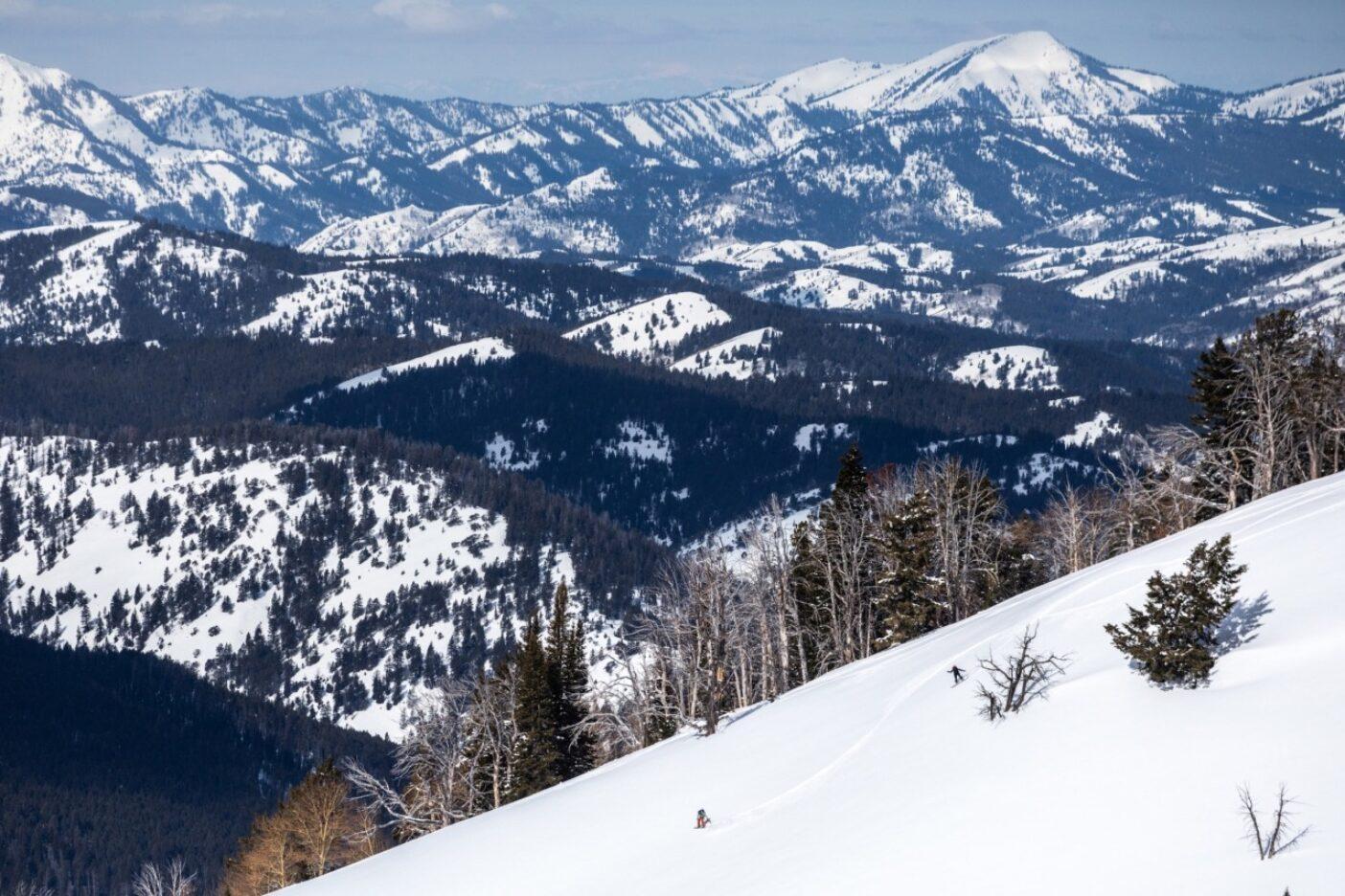 エミーレ・ズィノビア(左)とシーナ・ダムサニアはアイダホに向かって滑る。ワイオミング州にて。写真:ソフィア・ジャラミロ