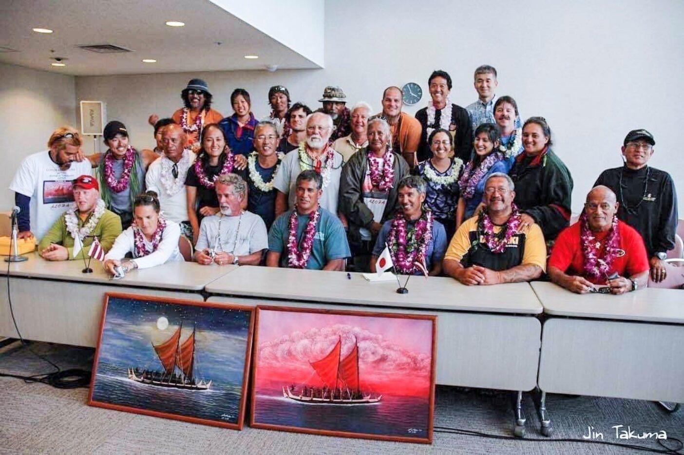 日本で記者会見をするホクレア号のクルー一同。後列左端が正洋さん、右隣が沙希さん。前列右から3人目がナイノア 写真:琢磨 仁