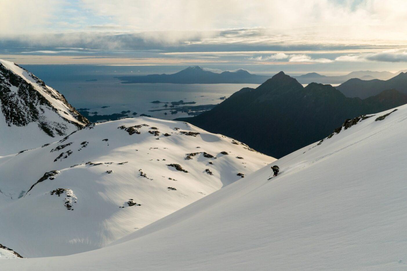 6月初旬、日没の午後10時までねばって何とかもうひと滑りする。アラスカ州シトカにて。写真:リー・ハウス