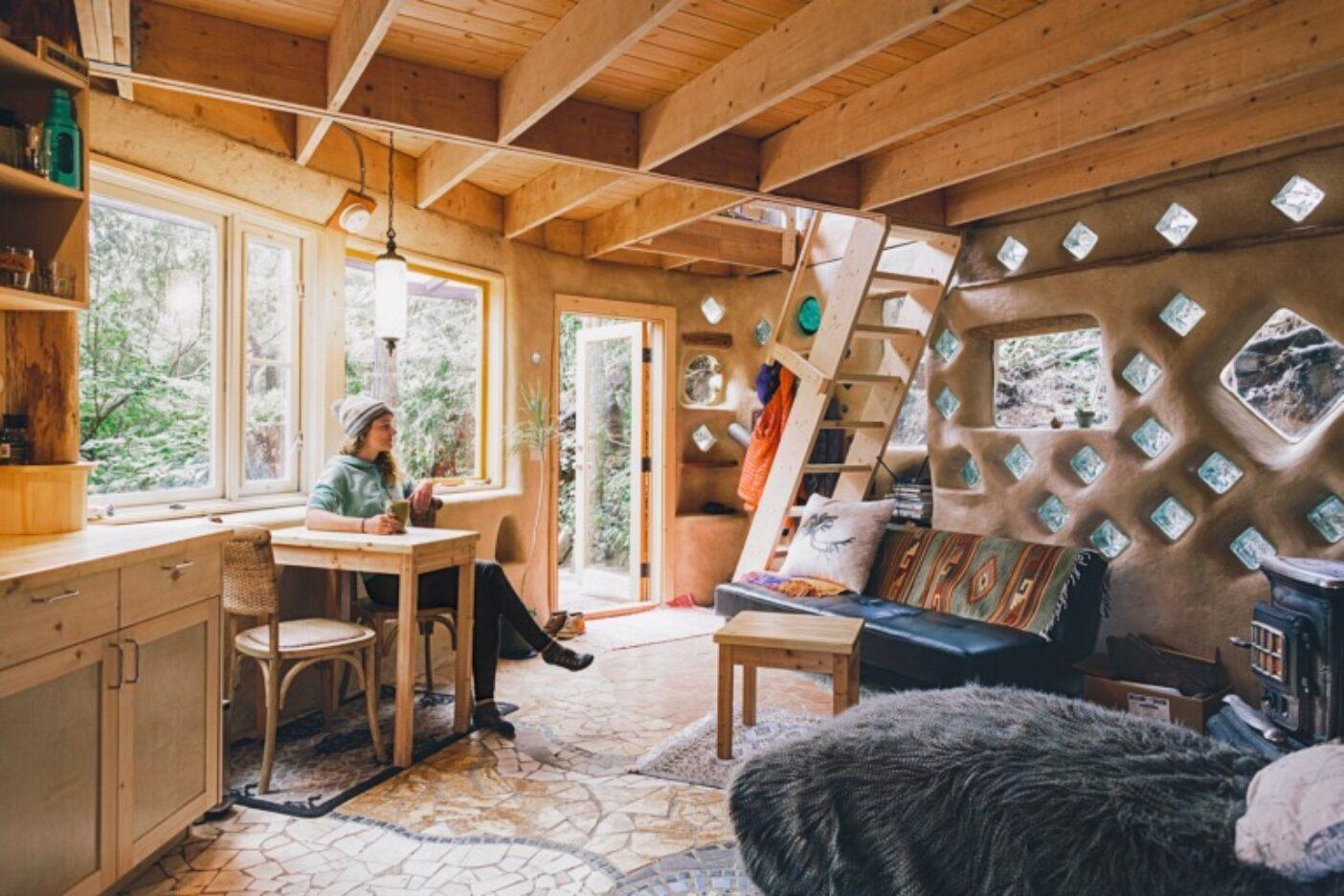 自分の家のように安全で、やさしい存在になろう。ブリティッシュコロンビア州ユクルーレットに近い40平方メートル弱のコブハウスの自宅で、マリーは「Westcoast Triple Plank」のアイデアを練る。それは彼女が毎年5月に主催するサーフボード、スケートボード、スノーボードを通じた募金活動で、収益金はセントラル・ウエストコースト森林協会に寄付される。Photo: Graeme Owsianski
