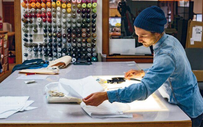 トレイルランニング衣類のパターンを検証するデザイナーのエリック・ノルPhoto:Kyle Sparks
