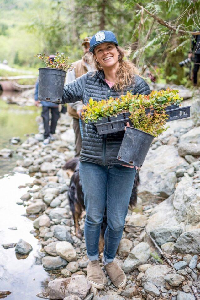 生息環境の回復は楽しめる。2019年のWestcoast Triple Plankで、マリーは「Yuułuʔiłʔatḥ」(ユクルーレット先住民)の伝統的領地の1日ボランティア・プロジェクトを指揮し、組織的なコミュニティ活動の喜びを、数百人の参加者に伝えた。ブリティッシュコロンビア州ユクルーレット  Photo: Colin Wiseman