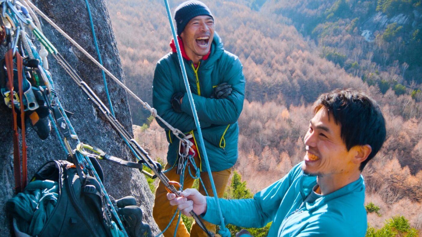 マラ岩西面の中腹、パタゴニア・アンバサダー横山勝丘と。ユーモアはどんな困難なトライ時でも重要な要素だ。Photo : Masazumi Sato