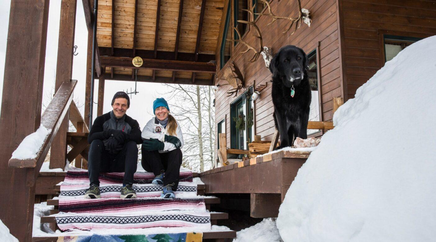マークとマーガレットとサディ。モンタナの自宅ポーチにて。Photo: Tim Davis