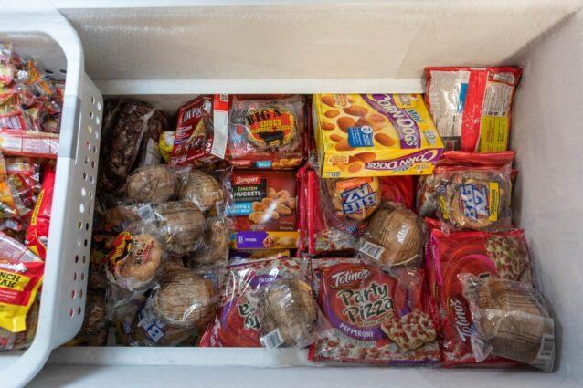ヴァシュラジ・クーのミッドナイト・サン・ネイティブ・ストアの、加工肉でいっぱいの冷凍庫。地元のハンター、ジェラルド・ジョンは、「$30ドル出せば、僕だけのためにステーキを買うこともできるが、家族全員を食べさせる薬莢を一箱買うこともできる」と言う。Photo:Keri Oberly