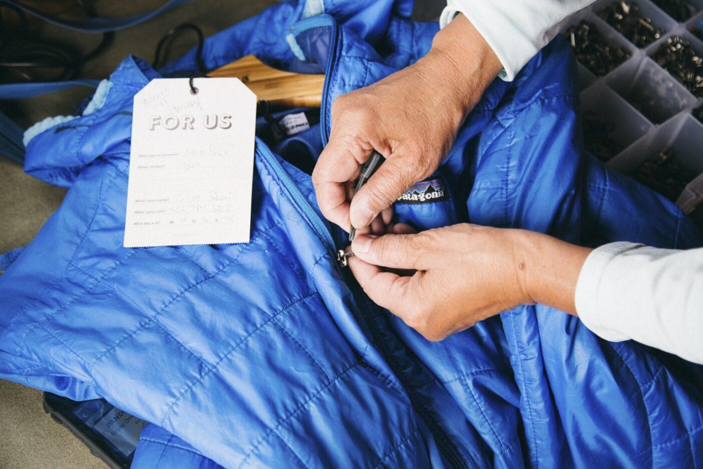 ジッパーの破損は衣料品にとって必ずしも死刑宣告ではないため、Worn Wearのスタッフは、常に多種多様な交換用ジッパーを備蓄し、衣類の生まれ変わりに備えている。Photo: Donnie Hedden
