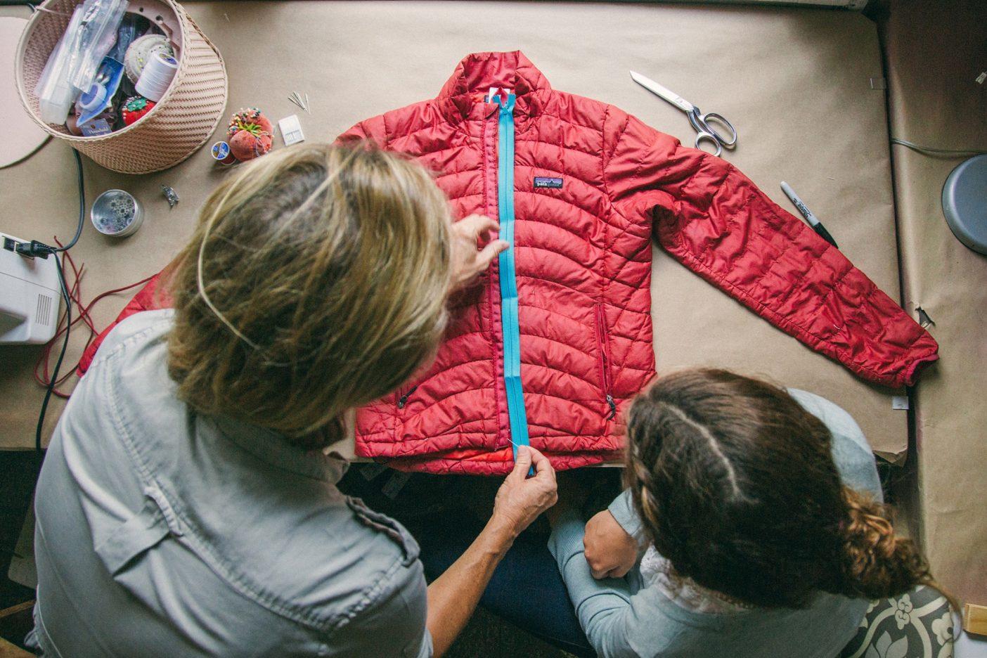 こよなく愛されたおさがりのメインジッパーを取り替えるやり方を、お母さんのエリンに教えてもらうアンナ・パタ。ものを修理する方法は、それを小さい頃からやってきた人に学ぶのがいちばん。Photo: Donnie Hedden