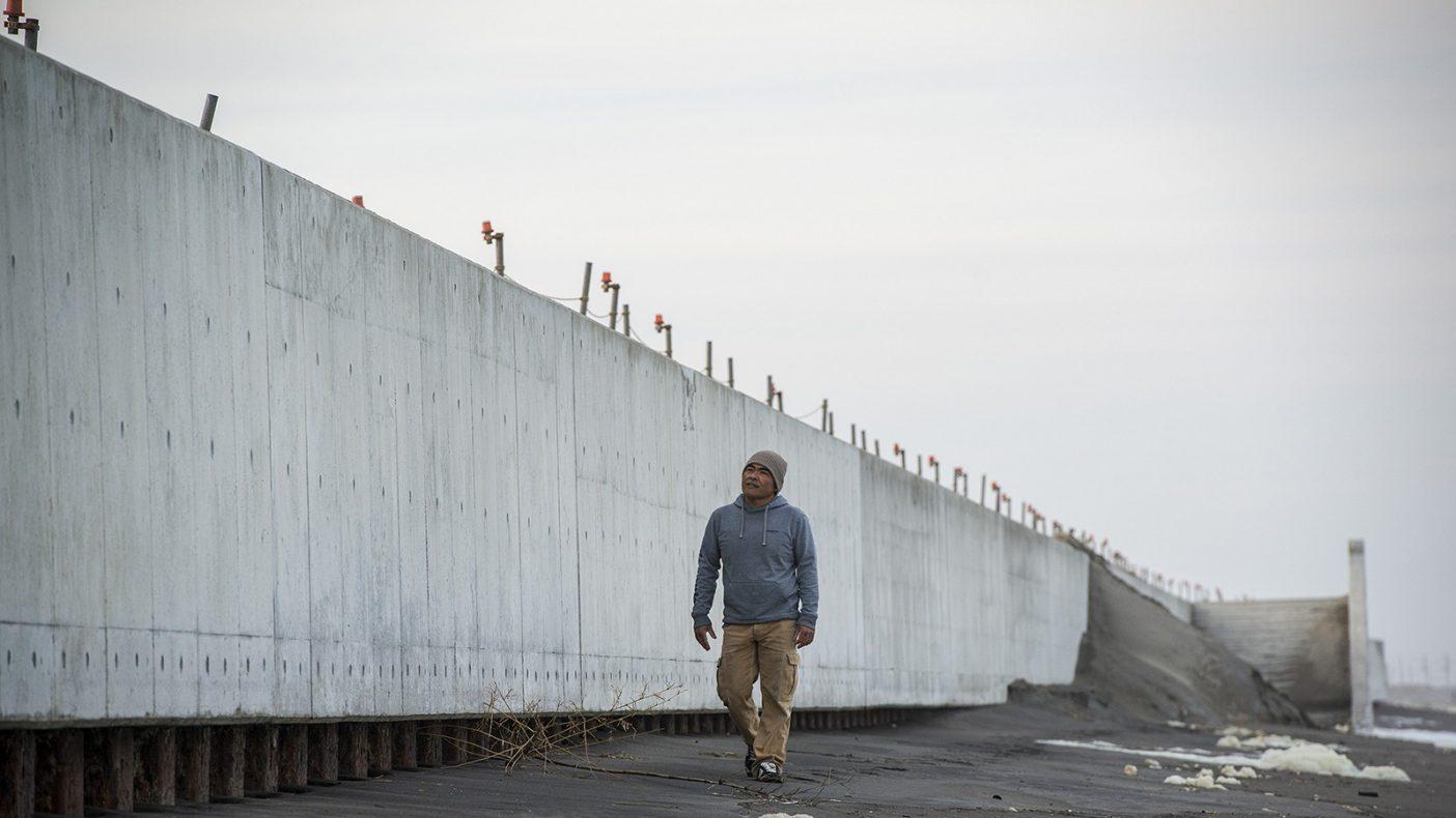 以前ここでカイトサーフィンを楽しんでいた中里海岸。現在は2m以上のコンクリートの壁が立ち上がり子供たちはおろか大人でさえ潮が上げているときは近寄れない場所となってしまった。Photo : Pedro Gomes