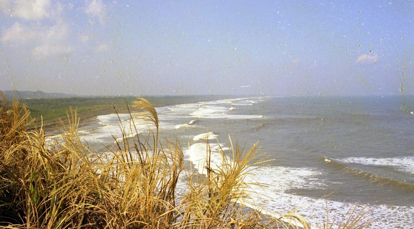 1960年初頭、太東岬から釣ヶ崎方面を眺める。人工物はなく自然が残っているのがわかる。 Photo : TED SURF
