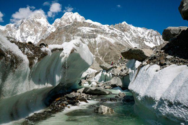パキスタン北部には7,000以上の氷河があり、その大半が後退している。ヒスパーは深さおよそ1.6キロメートルであると推測されている。水と氷の複雑なシステムだ。水は自由に流れ、速かったり緩やかだったりを繰りかえしながら、つねに変化しつづけている。左上の角に写っているのがプマリ・チッシュ山塊。Caption & Photo : Jason Thompson