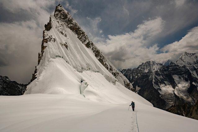 アン・ギルバートの左にある頂は無名峰。ヒスパー氷河にやって来る訪問者は少なく、ヒスパーの村でチームが出会ったのは日本から来たソロクライマーだけ。彼らは新しいクライミングの選択肢を求め、複雑かつ険しい渓谷と氷河を探索しながらそこでの日々を過ごした。Caption & Photo : Jason Thompson